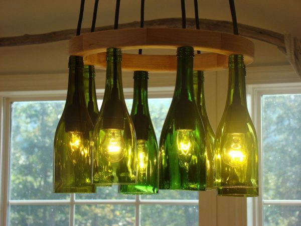 Потолочный светильник из винных бутылок