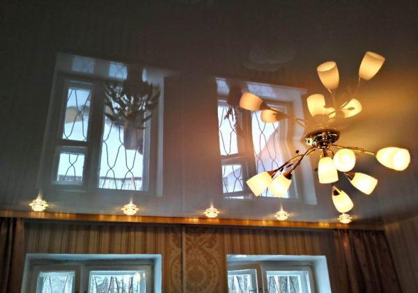 Световой поток от осветительных приборов на натяжном потолке должен быть направлен вниз или по сторонам