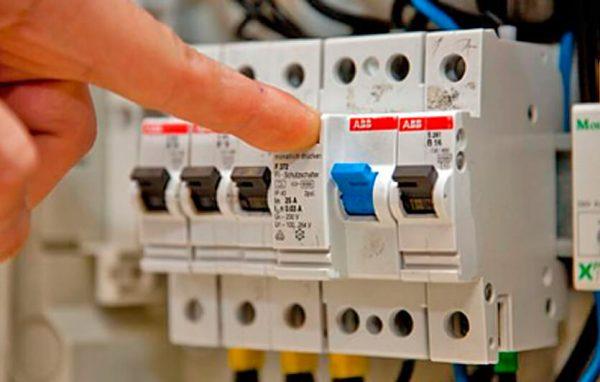 Перед демонтажем люстры необходимо отключить электричество