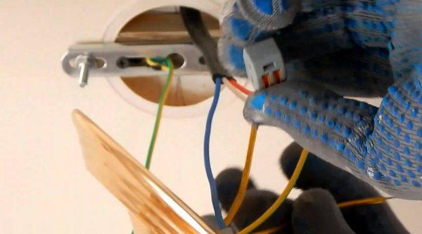 Люстра подсоединяется к электропроводке через клеммы