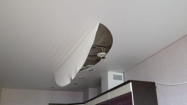Повреждение натяжного потолка при снятии светильников