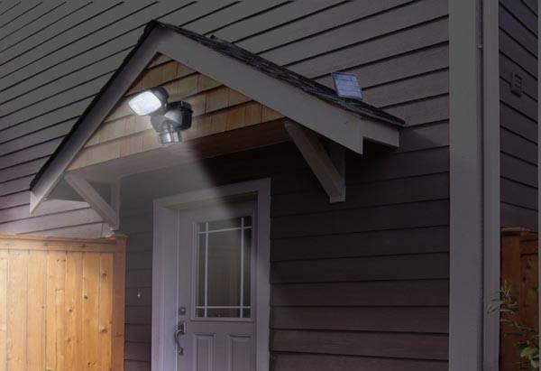 Прожектор с датчиком движения на крыльце частного дома