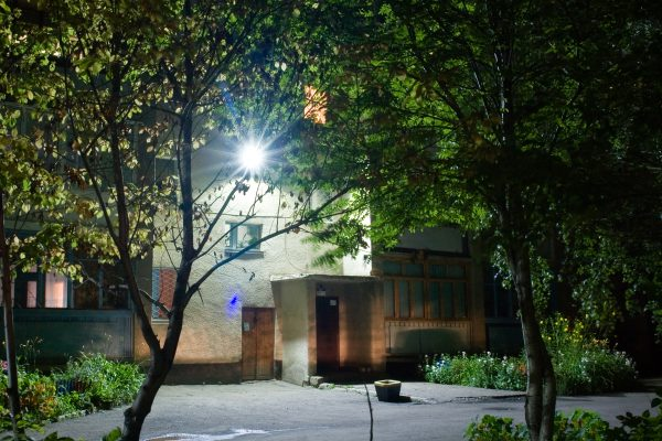 Освещение придомовой территории с помощью светодиодного прожектора