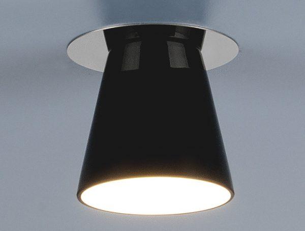 На натяжной потолок точечные светильники монтируются с помощью специальной платформы