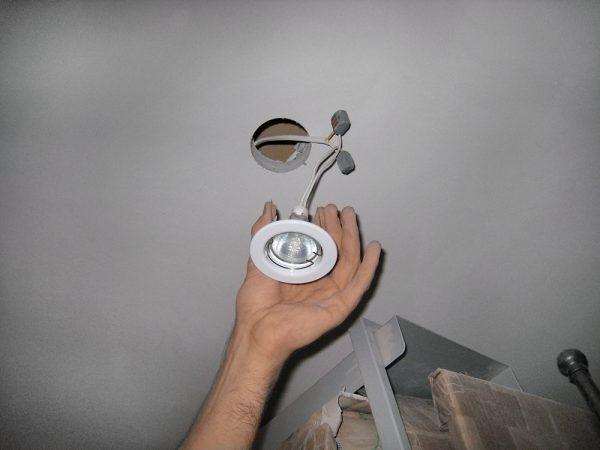 Установка встраиваемого светильника в гипсокартонный потолок