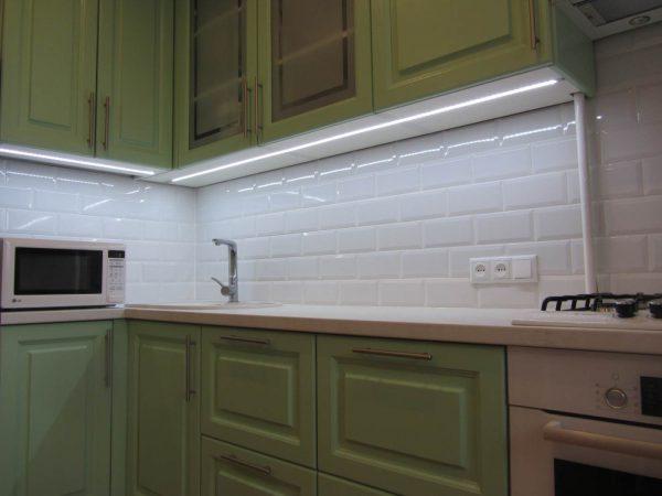 LED-лента с сенсорным выключателем часто используется для подсветки кухни