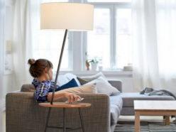 Напольный светильник в комнате