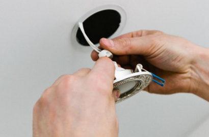 Монтаж точечного источника света в потолок