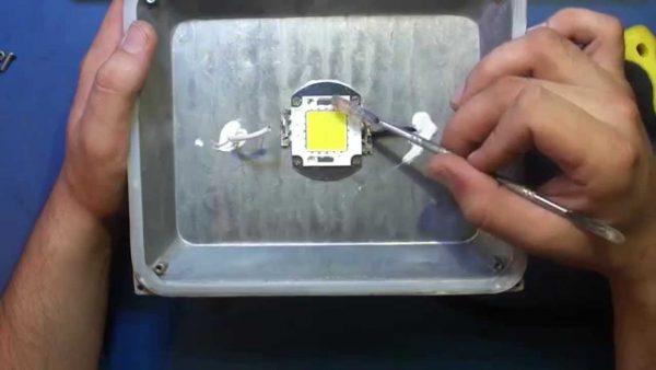LED-матрица в прожекторе устанавливается на термопасту