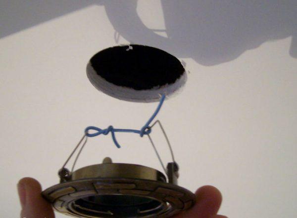 Замена светильника в подвесном потолке