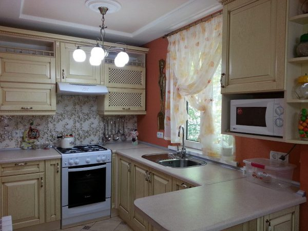 Подвесная люстра на кухне