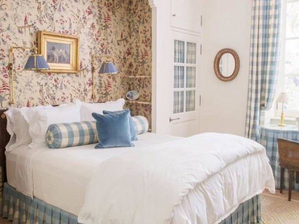 В спальне будут хорошо смотреться бра в стиле прованс и кантри