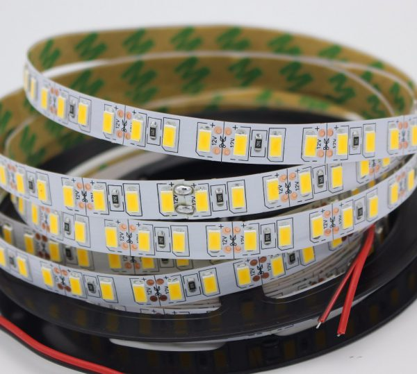 У большинства светодиодных лент клейкая обратная сторона