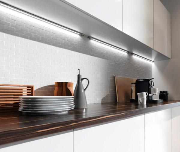 Линейные LED-светильники под шкафы на кухне