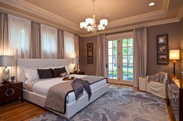 В качестве базового источника света в спальной комнате обычно используется люстра