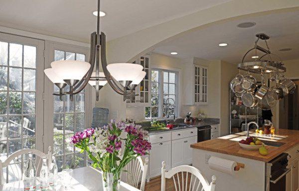 Центральная люстра на кухне