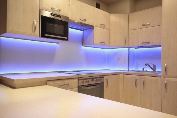 Освещение рабочей зоны на кухне с помощью светодиодной ленты