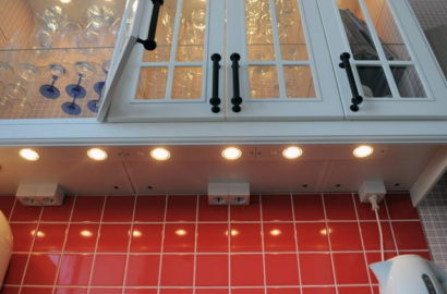 Точечная подсветка над рабочей зоной на кухне