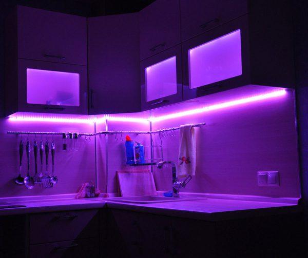 С помощью LED-ленты можно создать подсветку различного цвета