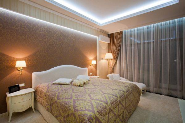 Сочетание общего и местного освещения в спальне
