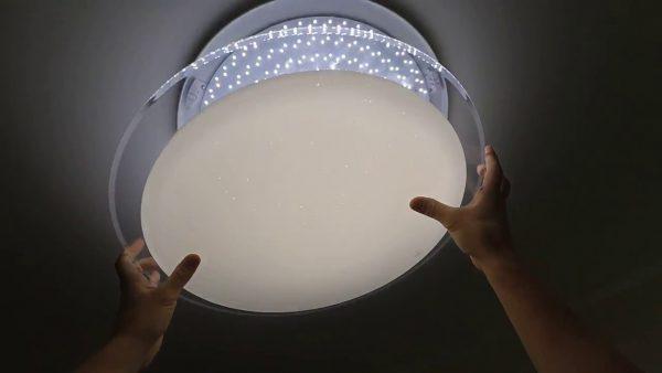 Люстры со светодиодными лампами подходят для натяжных потолков