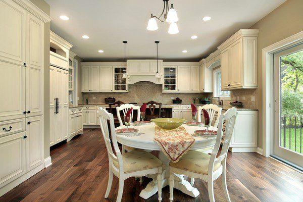 Для освещения большой кухни лучше использовать люстру с рожками