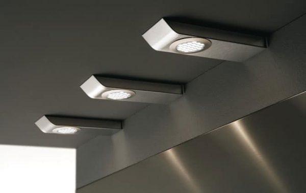Установка угловых светильников под шкафами на кухне