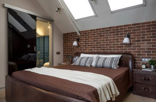 В спальне удобно использовать поворотные модели настенных светильников