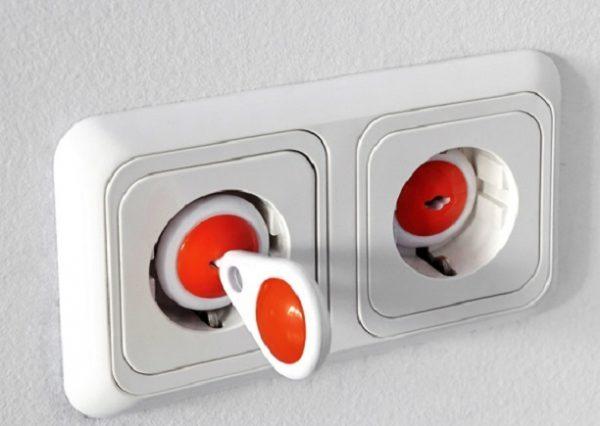 Розетка для детской комнаты с крышкой и специальным ключом