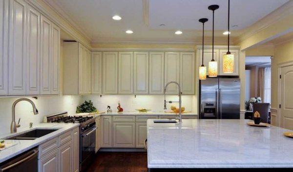 Цвет корпуса точечных светильников для кухни обычно подбирают в тон потолка