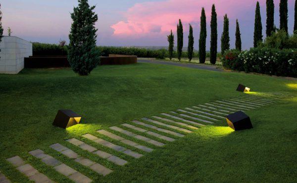 Декоративное освещение дорожек в саду