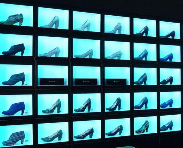 Подсветка витрины позволяет сконцентрировать внимание покупателя на определеном товаре