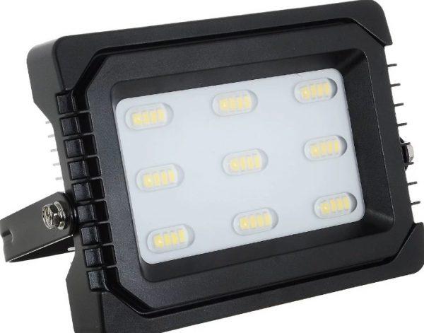 У светодиодного прожектора высокая светоотдача и низкое энергопотребление