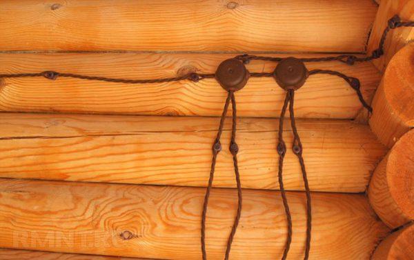 Окрытая электропроводка в доме из бревен