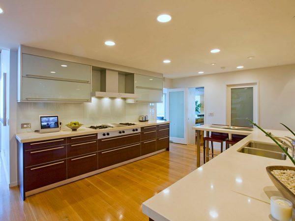 Точечные светильники позволяют добиться равномерного освещения на кухне