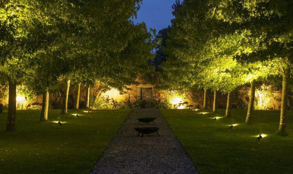 Подсветка парковых аллей расположенными на земле светильниками