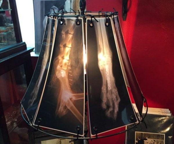 Самодельный плафон для настольной лампы из рентгеновских снимков