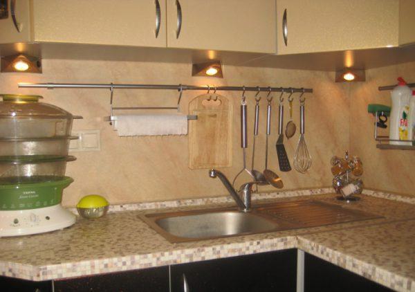 Накладные светильники над рабочей зоной на кухне
