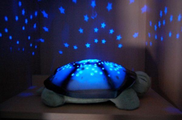 Детский светильник в виде черепахи с проектором на панцире