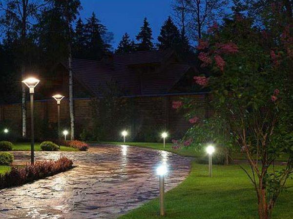 Освещение дорожек с помощью торшерных фонарей