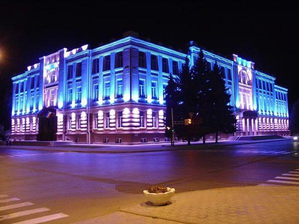 Освещение фасадов подчеркивает архитектурные особенности здания