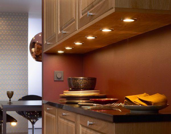 Освещение рабочего стола на кухне с помощью галогеновых ламп