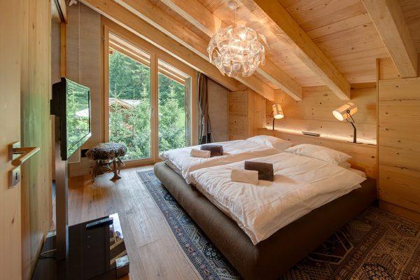 Освещение спальной комнаты в деревянном доме