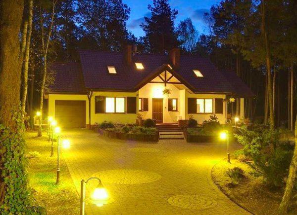 Освещение во дворе деревянного дома