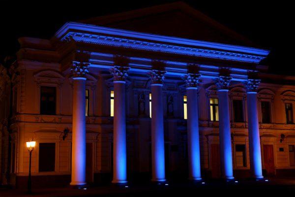 Для подсветки колонн здания используются узконаправленые прожектора