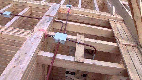 Монтаж скрытой электропроводки в деревянном доме