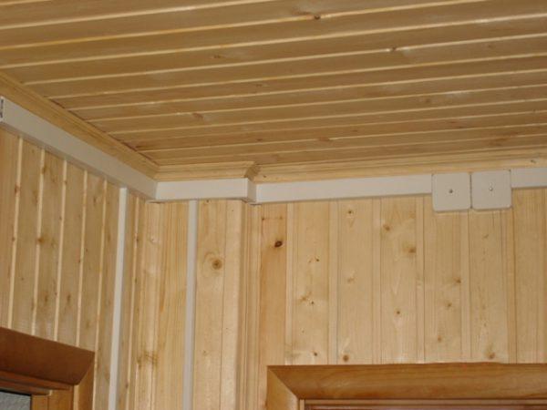 Проводка в кабель каналах по потолку деревянного дома