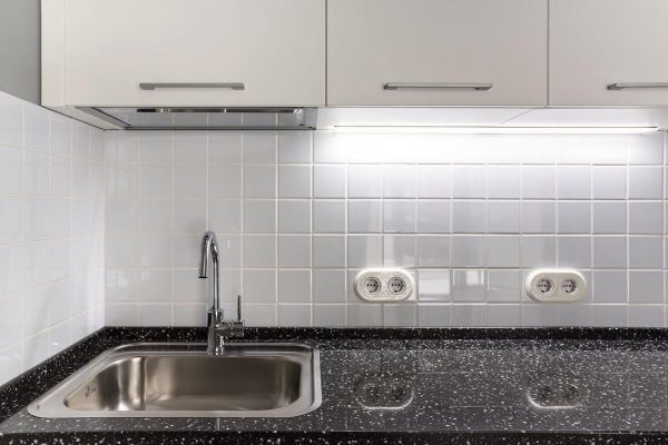 Розетки над рабочей поверхностью кухни