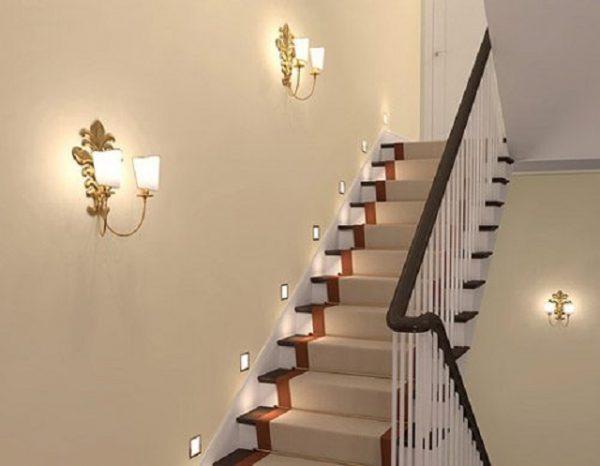 Установка бра для освещения лестницы
