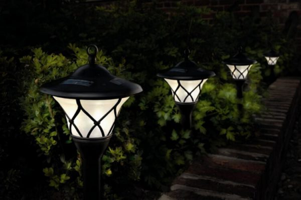 Светильники в саду должны быть защищены от попадания влаги и пыли